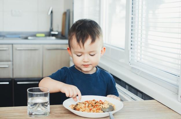 레스토랑에서 먹는 태국 어린이를 닫습니다