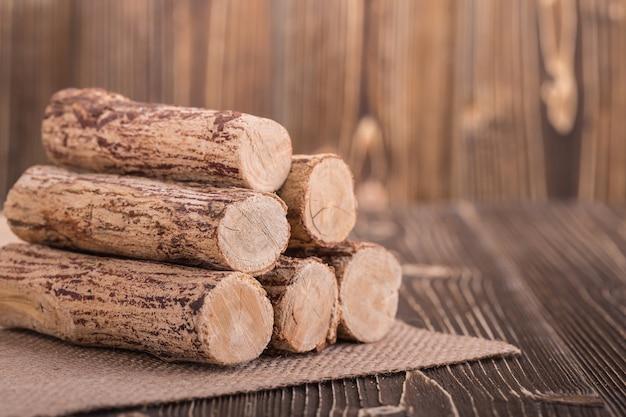 木製の厚板の背景にタナカの木を閉じます