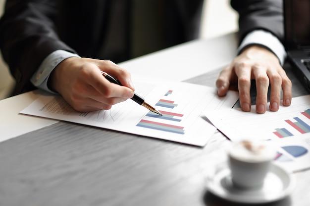 クローズアップ。ビジネスチームは財務データについて話し合っています。ビジネスとテクノロジー