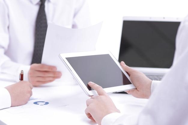 클로즈업. 사업가는 디지털 태블릿을 사용하여 파트너를 찾습니다. 비즈니스 개념