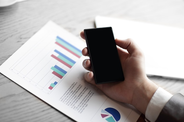 닫기 up.the 사업가 자신의 스마트 폰을 사용하여 재무 data.business 개념을 확인