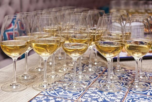 テーブルの上のシャンパンのグラスをクローズアップ