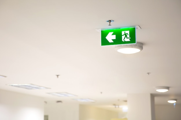 녹색 비상 화재 출구 표지판을 닫습니다.