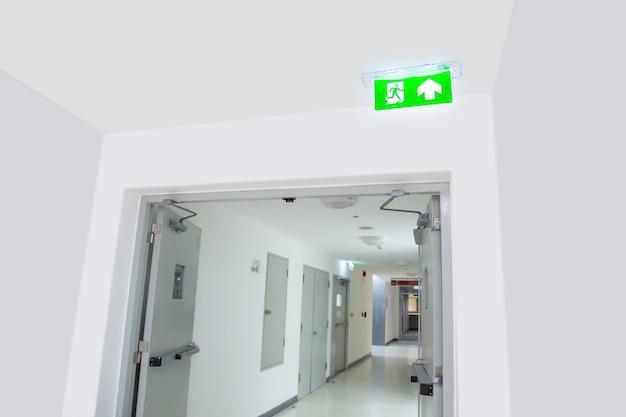 Закройте зеленый знак выхода огня.