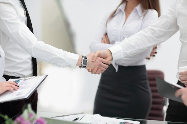 Крупным планом изображение рукопожатия коллег