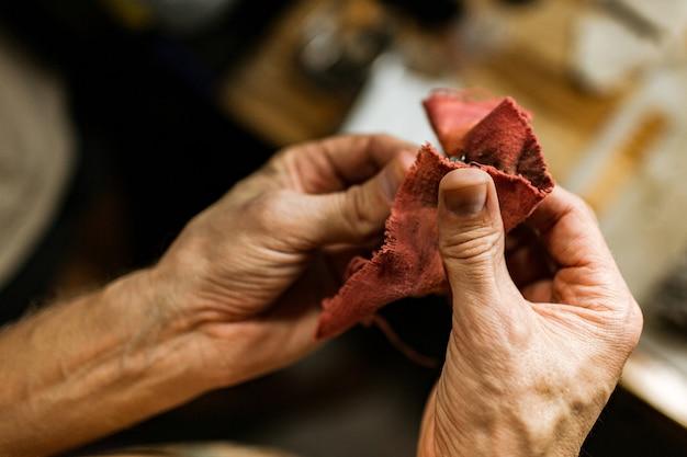閉じる。宝石商は銀の指輪を作ります。バリ島。インドネシア