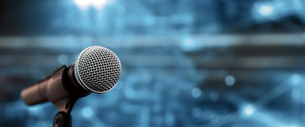 背景のスピーカースピーチ用のスタンドのマイクをクローズアップします。