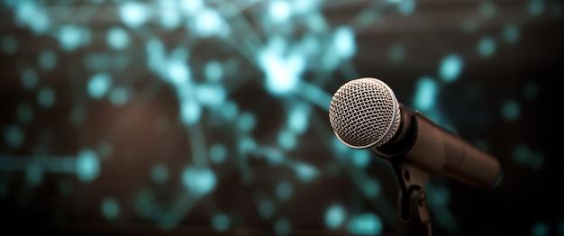 Крупным планом микрофон на подставке.