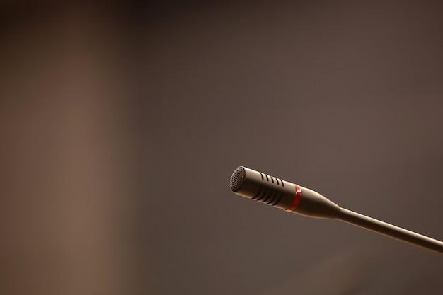 Крупным планом микрофон с размытым фоном.