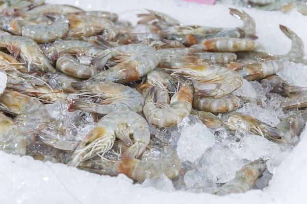 Крупным планом креветки продаются на рынке.