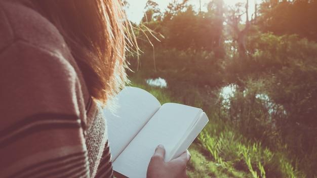 本を読んでいる間に女性の手を閉じてください。