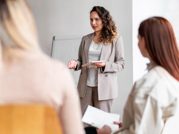 Крупным планом терапевт обсуждает с людьми