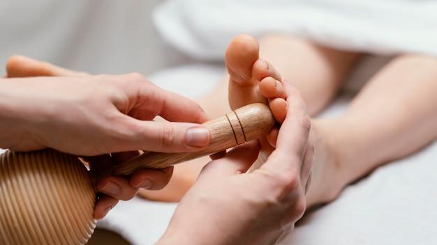 Primo piano terapista utilizzando lo strumento di legno