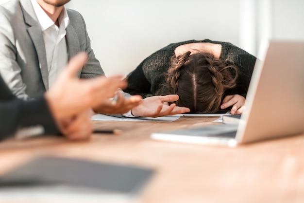 閉じる。疲れた若い実業家は、グループ会議中に眠りに落ちました