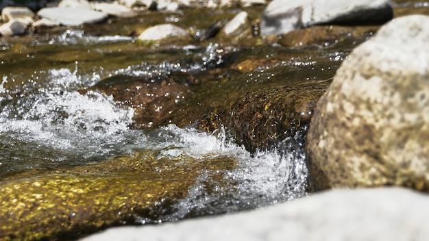 水の流れにクローズアップ
