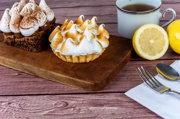 お茶とおいしいミニチョコレートとレモンパイケーキのクローズアップ