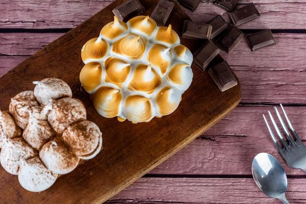 おいしいミニチョコレートとレモンパイケーキのクローズアップ