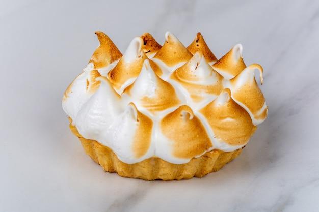 맛있는 미니 레몬 파이에 근접합니다. 음식 개념.
