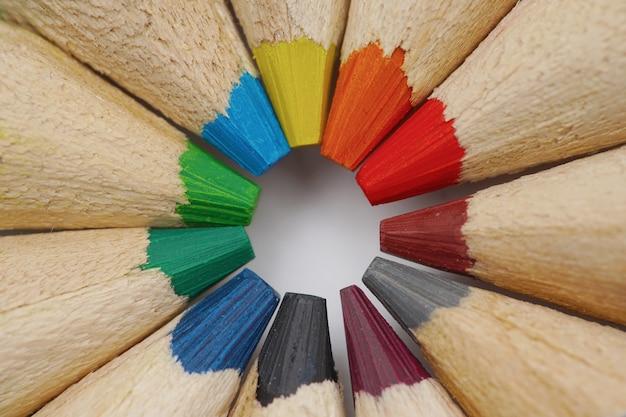 Крупным планом деревянные ручки разных цветов