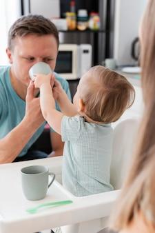 幼児の餌やりの父をクローズアップ