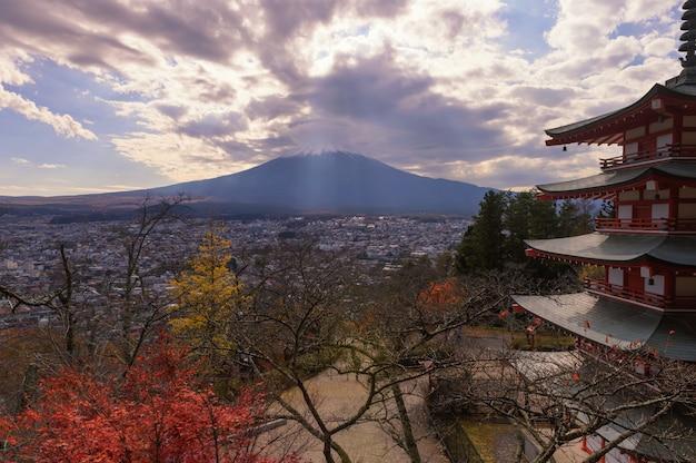 日没時にダマティックな空が輝く美しい富士山の頂上をクローズアップ