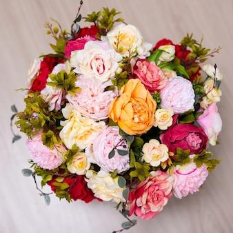 Крупным планом вид сверху букет летних цветов на фоне деревянного стола