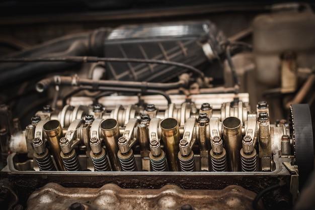 Закройте вверх по взгляду сверху блока поршней коллекторов частей двигателя и шестерни цепи.