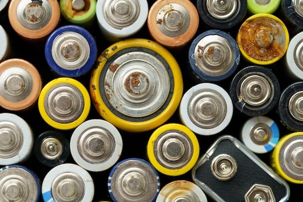 Крупным планом вид сверху использованной батареи электронных опасных отходов концепции батареи фон