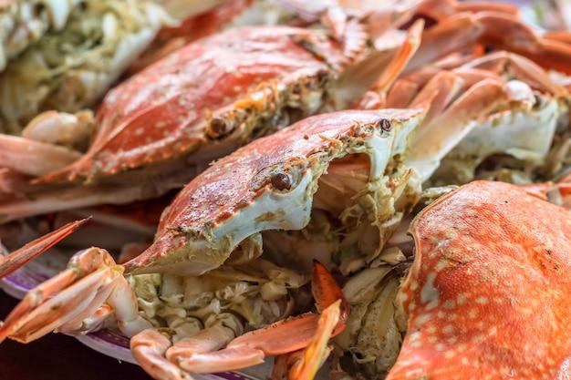 昼食と夕食にレストランのトップビュー蒸し蟹を閉じる