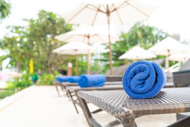 비치의 자에 근접 수건-여행 및 휴가 개념