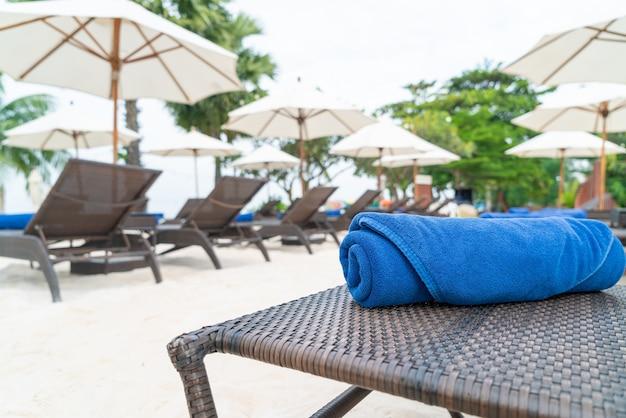 Крупным планом полотенце на шезлонге. концепция путешествий и отдыха