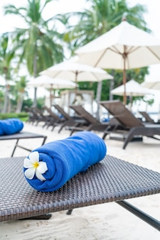 Крупным планом полотенце на шезлонге - концепция путешествий и отдыха