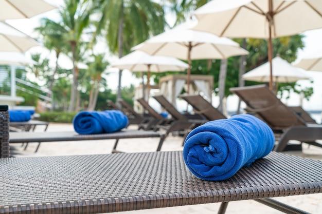 해변 의자에 클로즈업 타월 - 여행 및 휴가 개념
