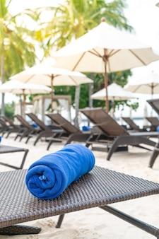 Крупным планом полотенце на шезлонге - концепция отпуска