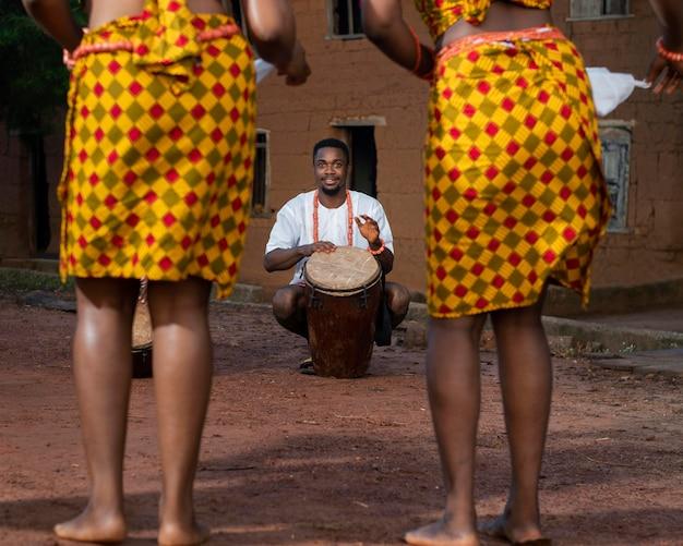 나이지리아에서 전통 무용수를 닫습니다