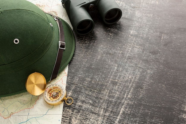 Close-up travel hat with binoculars