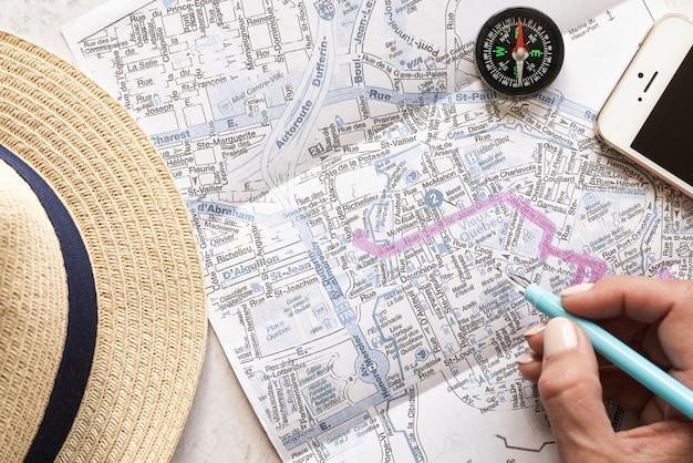 旅行者のアクセサリーや地図を閉じる