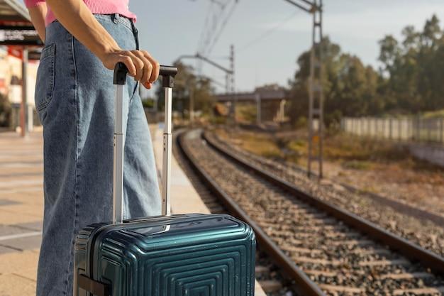 Крупным планом путешественник, держащий багаж