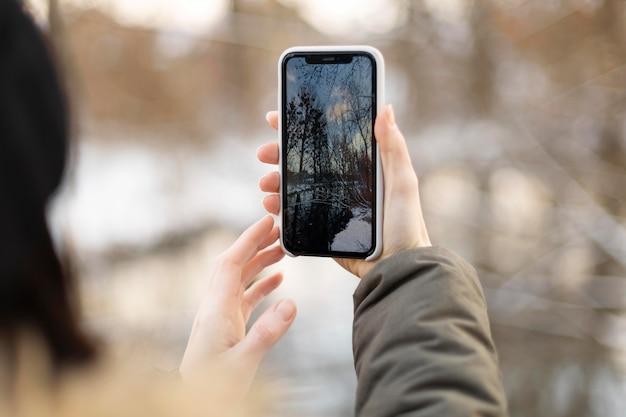 Chiuda sul viaggiatore che cattura le foto