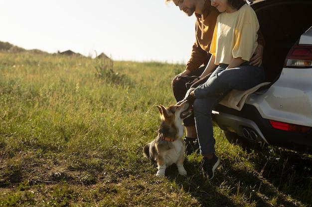 かわいい犬と一緒に旅行者をクローズアップ
