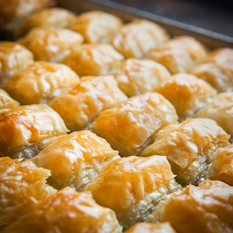 얇은 생과자, 견과류 및 꿀로 만든 근접 터키어 라바 디저트