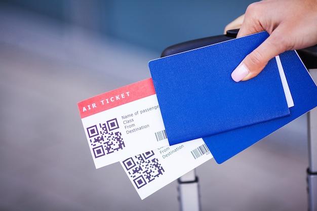 공항 근처의 해외 여권에서 두 개의 항공권을 닫습니다. 프리미엄 사진