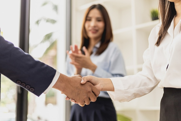 클로즈업 두 사업가가 손을 잡고 있고, 두 사업가가 성공적인 협상 후 함께 사업에 동의하고 악수를 하고 있습니다. 악수는 서양식 인사 또는 축하입니다.