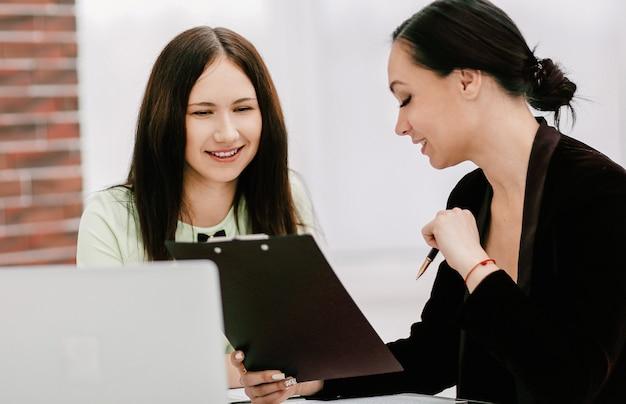 Закройте вверх. две бизнес-леди обсуждают документы