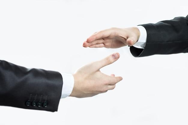 Закройте вверх. два бизнесмена, протягивая руки для рукопожатия. концепция партнерства