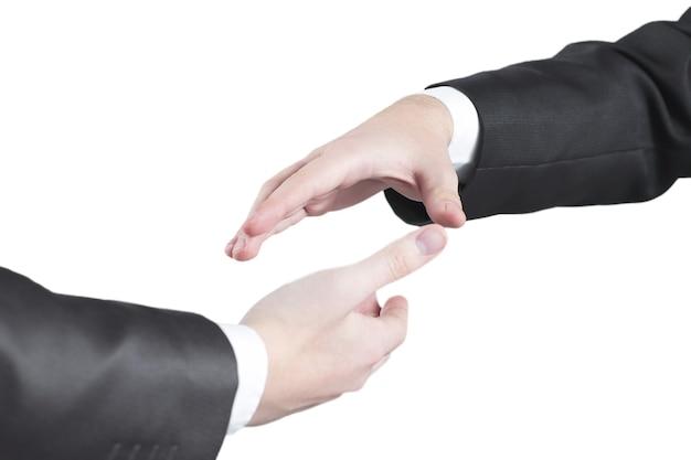악수를 위해 손을 내밀고 있는 두 사업가를 닫습니다. 파트너십의 개념