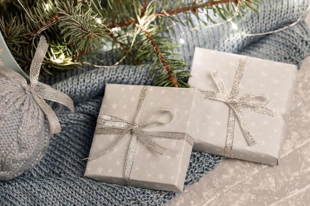 Закройте две подарочные коробки diy, еловые ветки