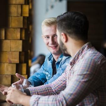 Close-up di due amici maschi seduti insieme