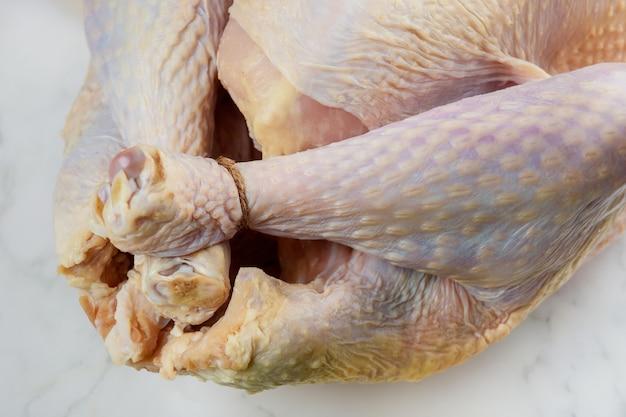 白い背景で隔離の未調理の生の七面鳥を閉じます。