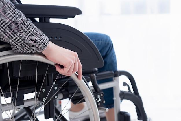 車椅子の人をクローズアップ